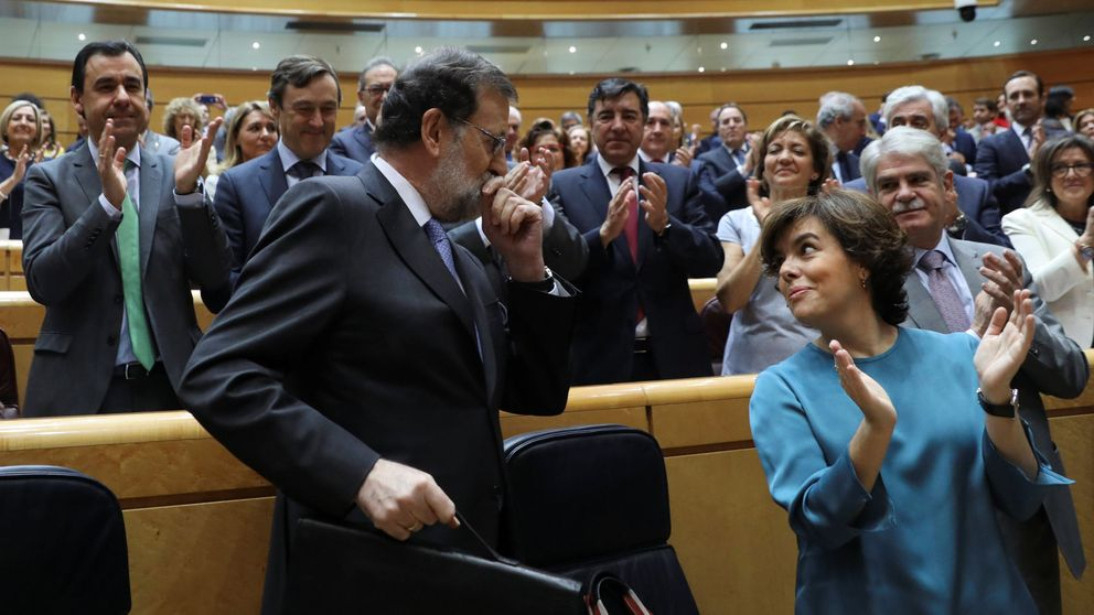 Vídeos: una 'indepe' entrega a Rajoy un libro sobre Cataluña y este le da la Constitución