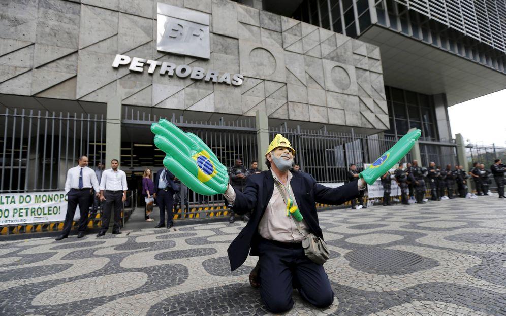 Foto: Un trabajador subcontratado despedido de Petrobras protesta frente a la sede de la compañía en Río de Janeiro, en agosto de 2015. (Reuters)