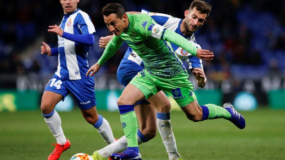 Foto: El delantero brasileño del RCD Espanyol Leo Baptistao y su compañero, Óscar Melendo intentan arrebatar el balón al centrocampista del Betis José Andrés Guardado. (EFE)