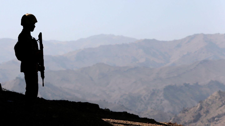 Un soldado paquistaní monta guardia en el puesto de Kitton, en la frontera con Afganistán, en octubre de 2017. (Reuters)