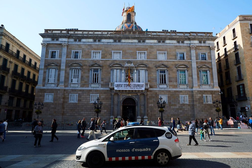 Foto: Quim Torra cuelga este 22 de marzo otra pancarta en el Palau de la Generalitat: Libertad de opinión y expresión. (EFE)