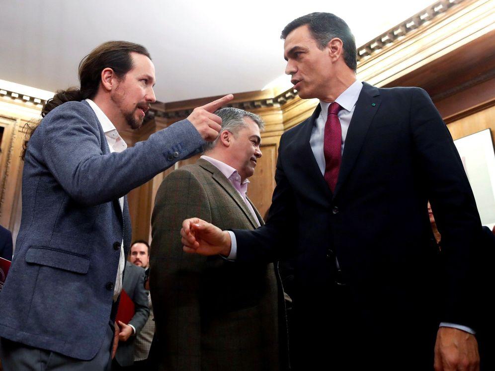 Foto: Pedro Sánchez y Pablo Iglesias tras firmar el programa de coalición, este lunes en el Congreso. (EFE)
