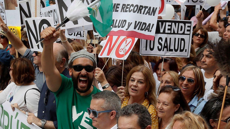 El médico granadino Jesús Candel, 'Spiriman', encabeza la manifestación en Sevilla en defensa de la Sanidad. (EFE)