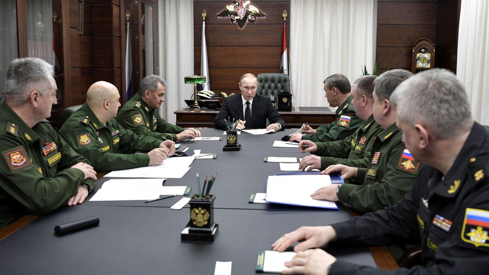Foto: Vladímir Putin, el ministro de Defensa, Serguei Shoigu, y el jefe del estado mayor, Valery Gerasimov, se reúnen con altos oficiales militares en Moscú, el 22 de diciembre de 2016. (Reuters)