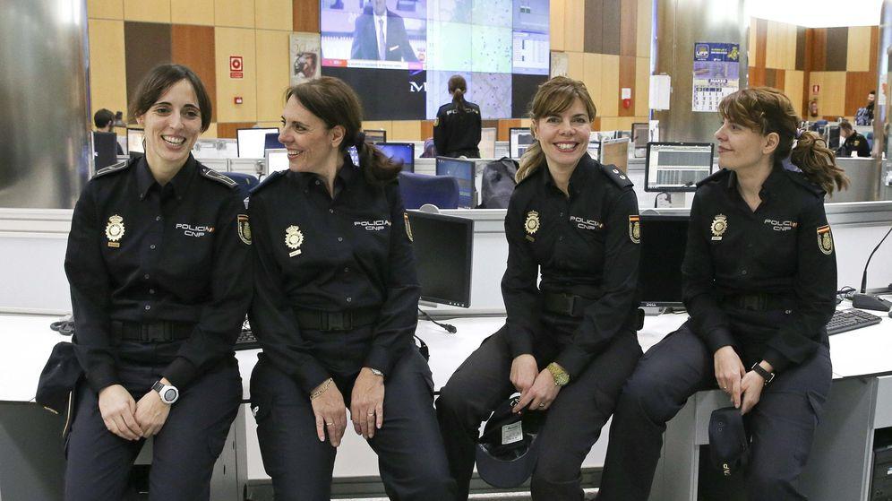 Foto: Tres agentes hermanas y la hija de una de ellas posan para un reportaje. (EFE)
