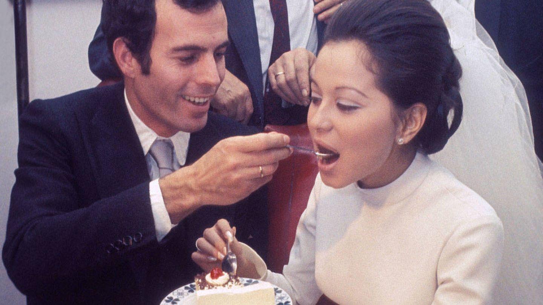 Julio e Isabel, probando la tarta. (Getty)