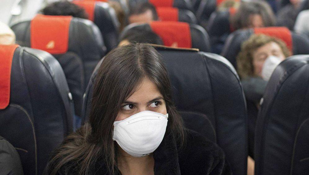 Foto: Pasajeros con mascarilla en un avión. (EFE)