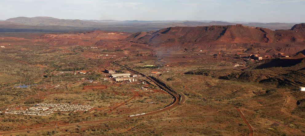 Foto: Un pequeño pueblo (en la esquina inferior izquierda) junto a una mina en Tom Price, en el Outback australiano (Reuters).