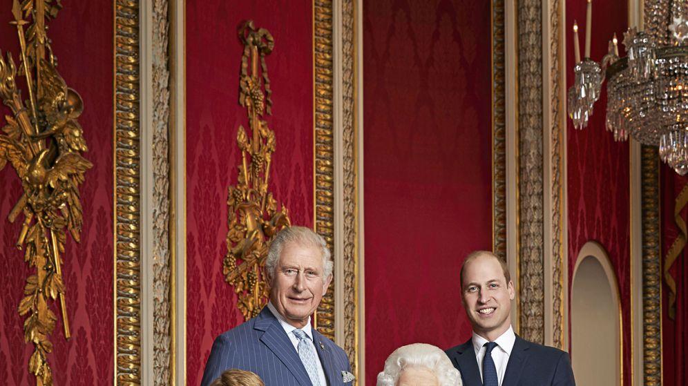 Foto: La reina Isabel, con sus herederos. (Buckingham Palace)