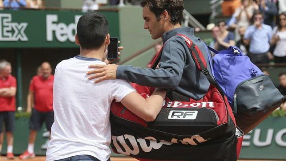 Roger Federer, acosado por un cazador de 'selfies'