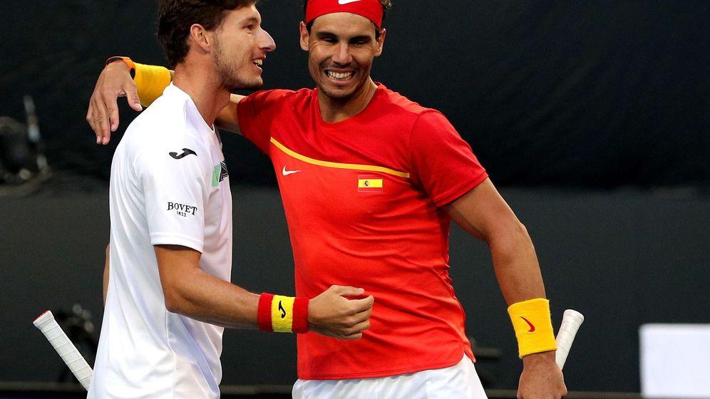 Foto: Rafa Nadal, junto a Pablo Carreño en el partido de dobles contra Japón. (EFE)