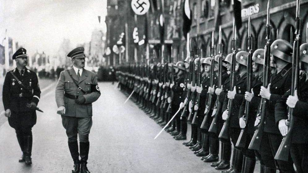 Foto: El Führer, durante un desfile militar. (Cordon Press)