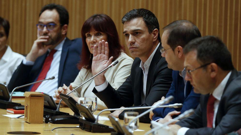 Foto: Pedro Sánchez, flanqueado por la presidenta del PSOE y su número dos, César Luena, y la dirección de los grupos de Congreso y Senado, este 12 de abril. (EFE)