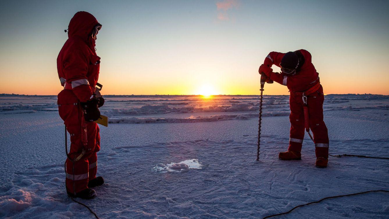Foto: Científicos analizando la pérdida de hielo en el Ártico. (EFE)