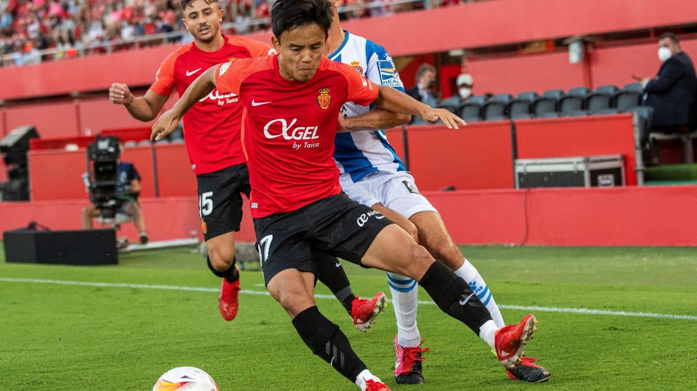 Kubo protege un balón en una acción en el partido entre el Mallorca y el Espanyol. (Efe)