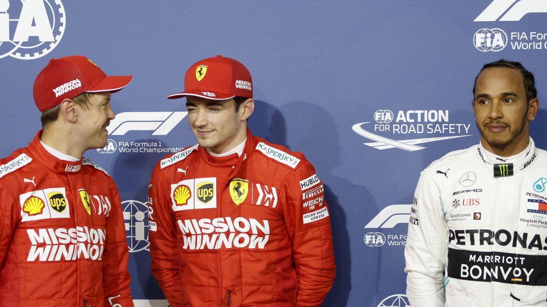 Charles Leclerc, escoltado por Vettel y Hamilton. (EFE)