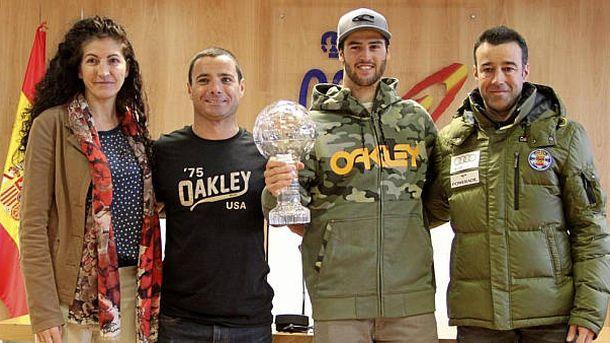 Foto: Israel Planas, segundo por la izquierda, posa junto a Lucas Eguibar en la sede del CSD tras el título de la Copa del Mundo del 'rider' vasco.