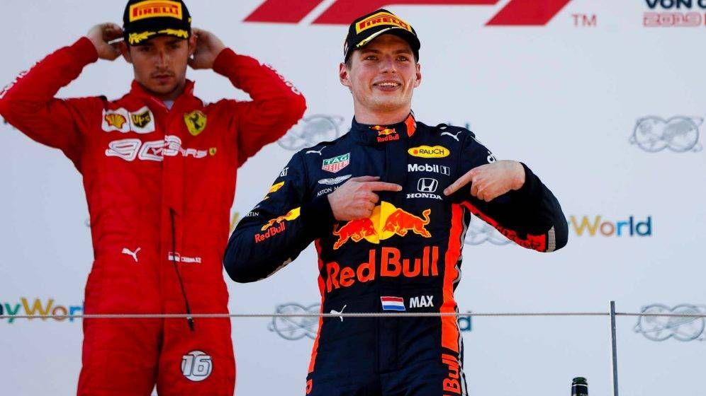 Foto: Max Verstappen se señalaba el logotipo de Honda en el podio del GP de Austria, algo que Honda valoró mucho (F1)