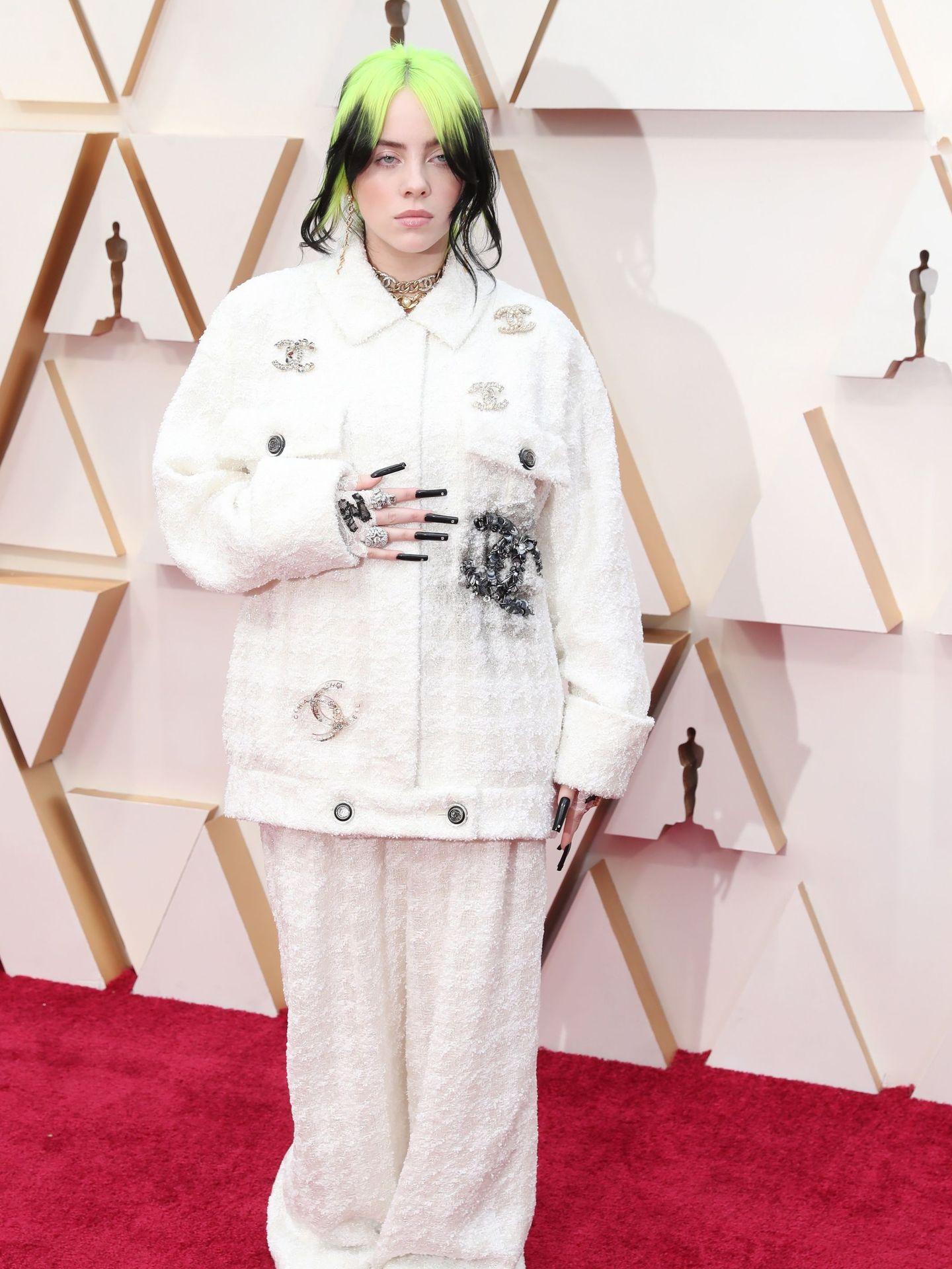 La cantante Billie Eilish, de Chanel, en la alfombra roja de los Oscar. (EFE)