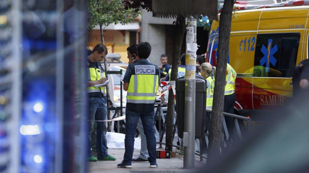 Foto: La Policía, durante la investigación del triple crimen. (EFE)
