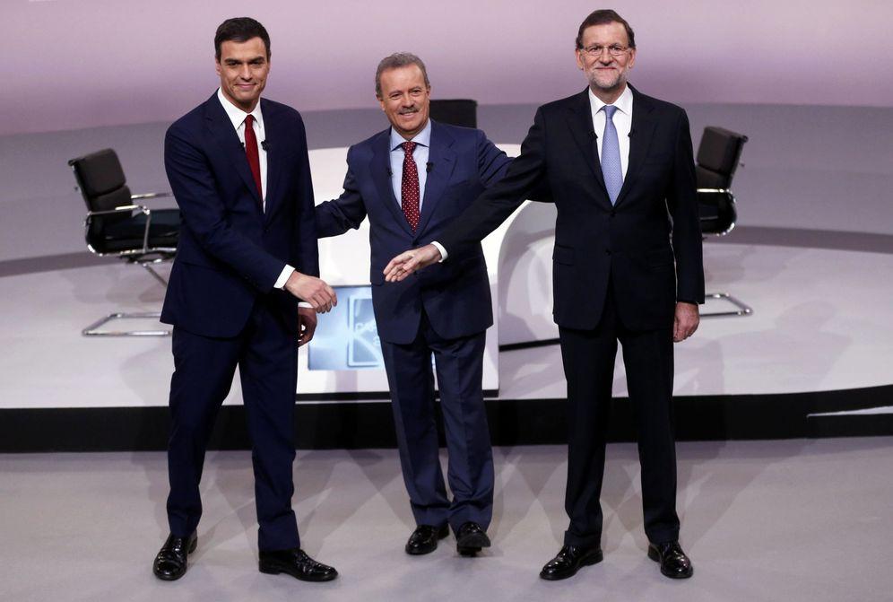 Foto: Pedro Sánchez y Mariano Rajoy con Manuel Campo Vidal, minutos antes del comienzo de su debate en televisión el pasado 14 de diciembre. (Reuters)