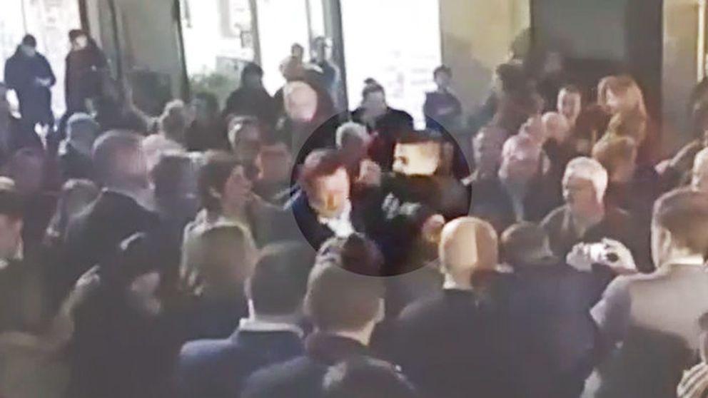 Un joven agrede a Rajoy en un paseo electoral en Pontevedra y le rompe las gafas