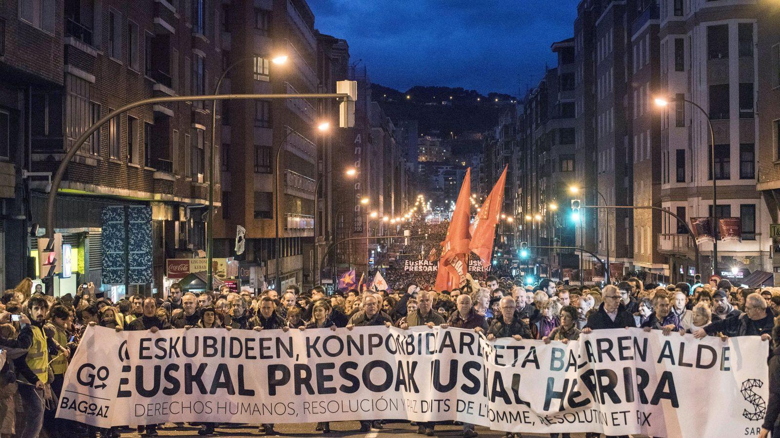 Foto: Manifestación a favor del acercamiento de presos en Bilbao, en enero. (EFE)