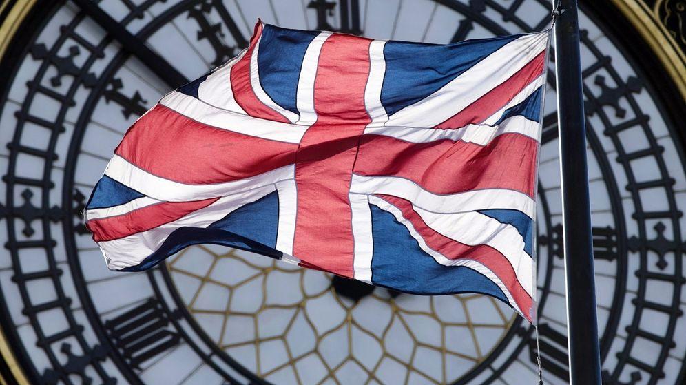 Foto: Bandera de Reino Unido sobre la esfera del Big Ben (EFE)