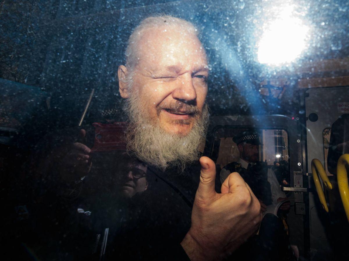 Foto: Julian Assange tras su detención en Londres. (Getty)