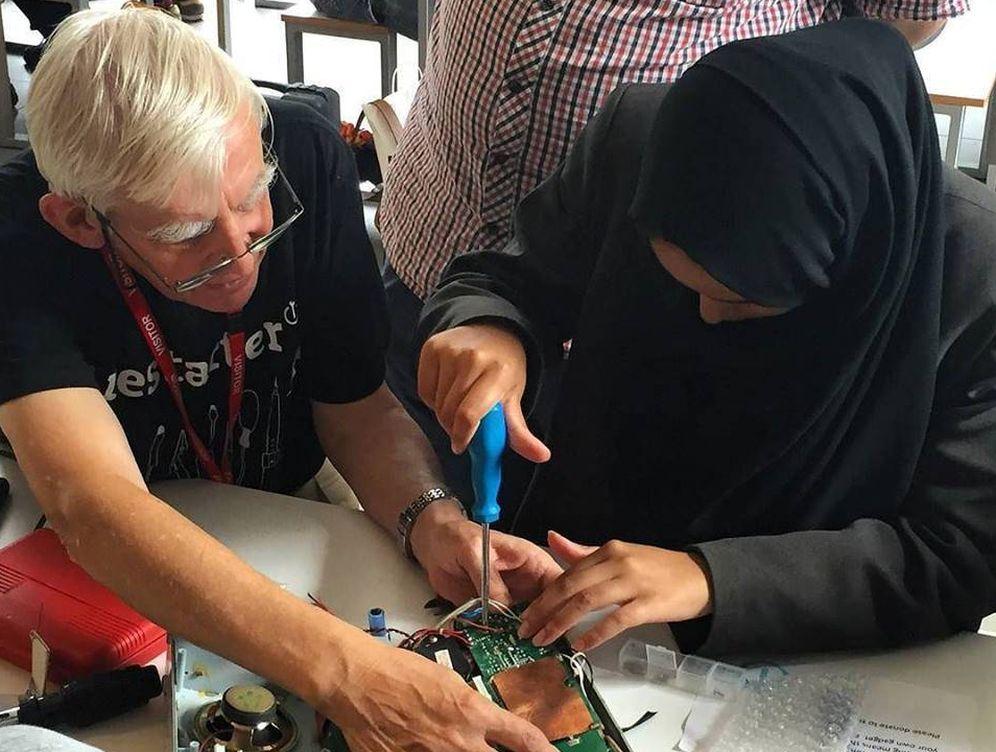 Foto:  Dos personas arreglan juntas un aparato electrónico en un taller de The Restart Project. (Imagen: The Restart Project | Facebook)