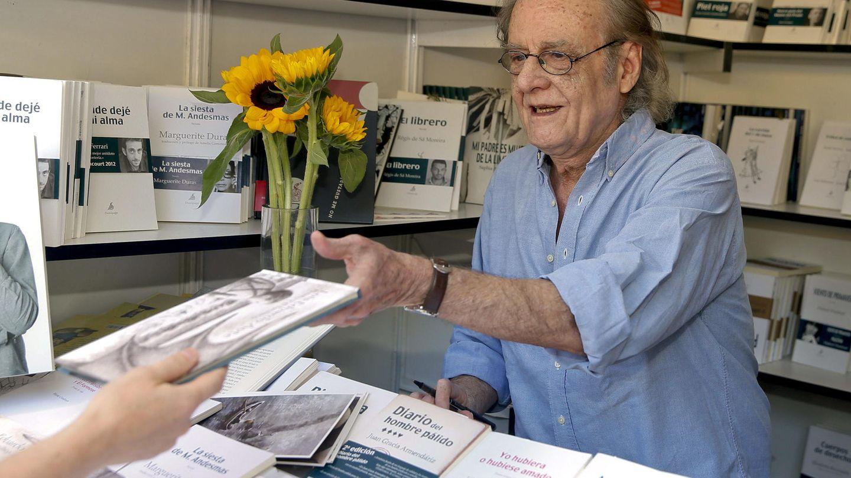 Luis Eduardo Aute, firmando ejemplares de sus libros en el primer domingo de la 73 edición de la Feria del Libro de Madrid. (EFE)