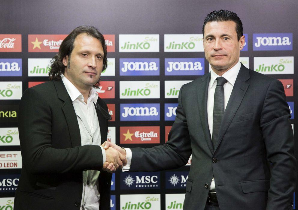 Foto: Rufete y Amadeo Salvo, durante la presentación del director deportivo (Efe).