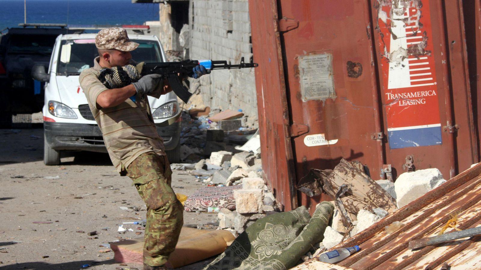 Foto: Un combatiente de las milicias libias aliadas dispara su arma durante una batalla en Sirte, el 31 de octubre (Reuters)