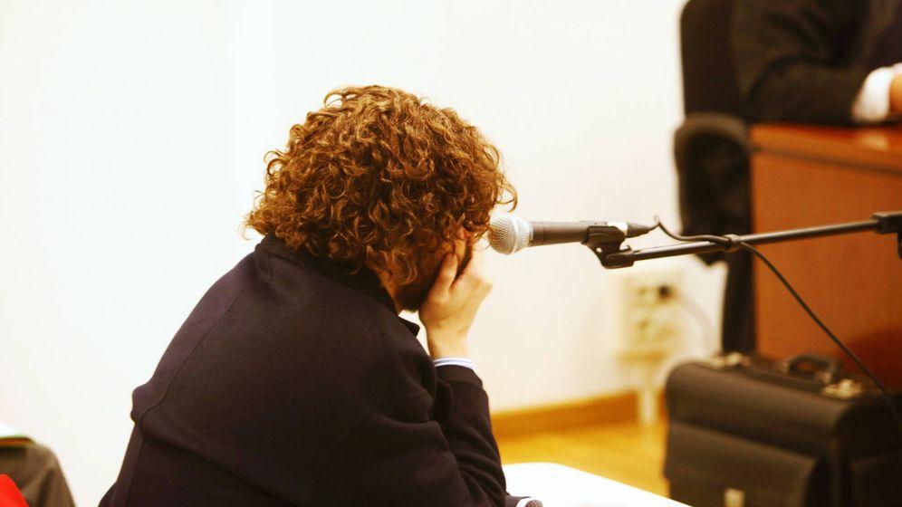 Foto: Igor Seoane, creador y administrador único de Rojadirecta (con peluca y barba postiza), durante el juicio. (EFE)