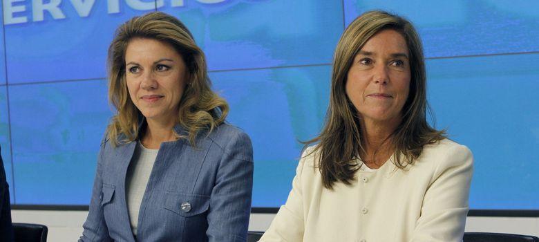 Foto: María Dolores de Cospedal (izq.), junto a la ministra de Sanidad, Ana Mato (EFE)