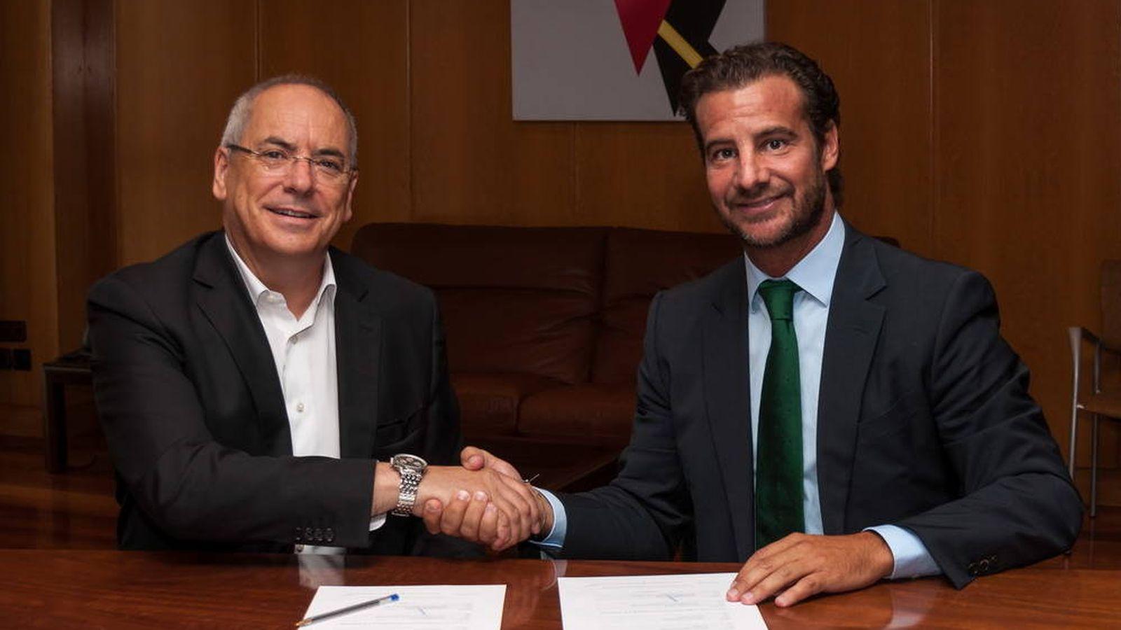 Foto: Foto de archivo de Alejandro Ballestero (d) firmando un contrato con el responsable de Airbus Defense, Domingo Ureña. (Sainsel)