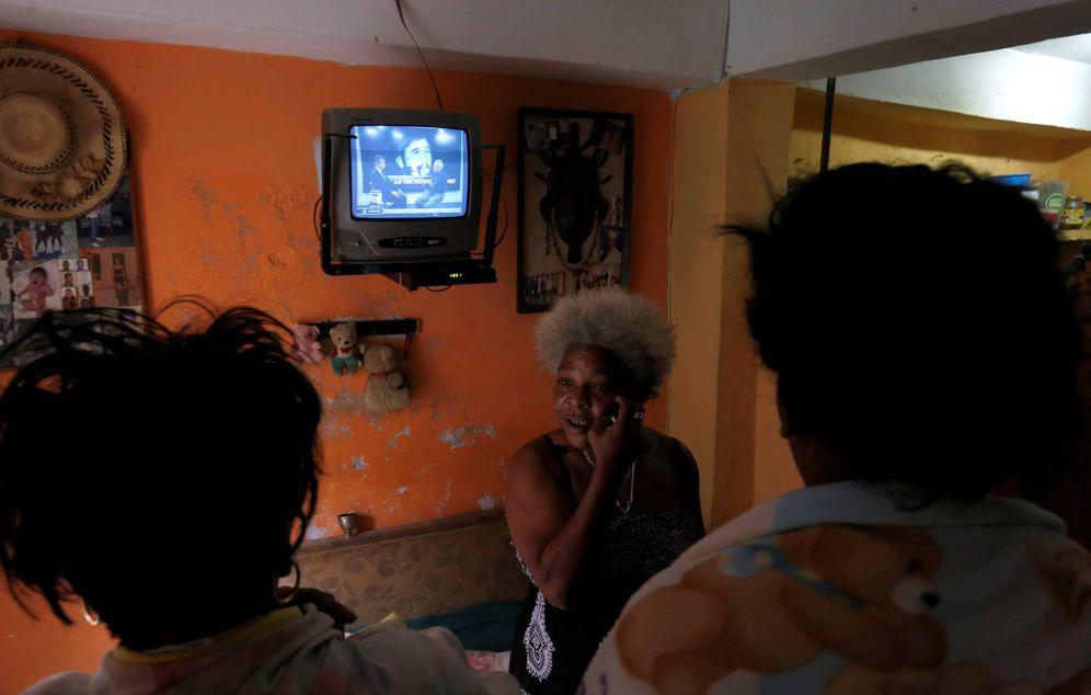 Foto: Cubanas se lamentan tras anunciarse la muerte de Fidel Castro, en La Habana, el 26 de noviembre de 2016 (Reuters).