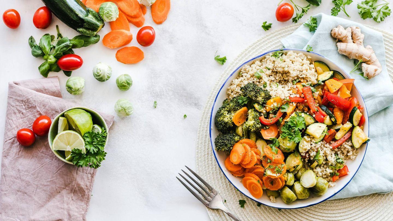 Es conveniente seguir una dieta baja en grasas y rica en fibras. (Pexels)
