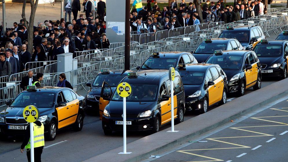 Foto: Colas para coger un taxi en el MWC. (EFE)