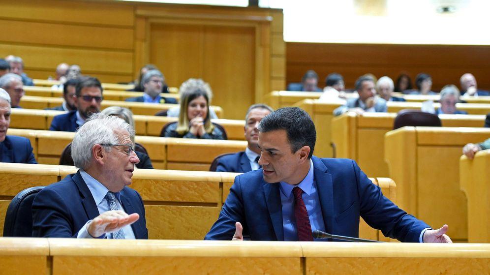 Foto: El presidente del Gobierno, Pedro Sánchez (d), conversa con el ministro de Asuntos Exteriores, Josep Borrell. (EFE)