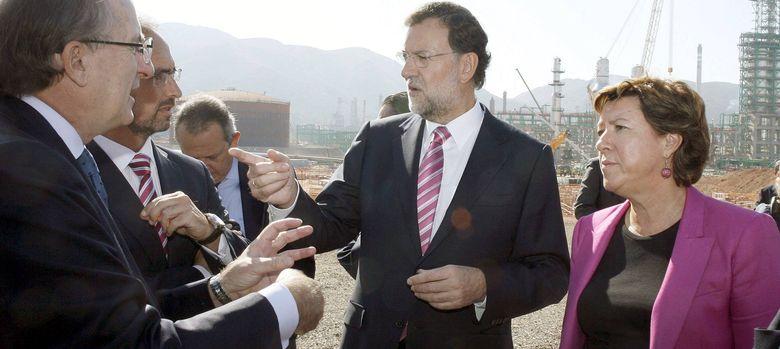 Foto: Mariano Rajoy (2d) conversa con el presidente de Repsol, Antonio Brufau (i). (EFE)