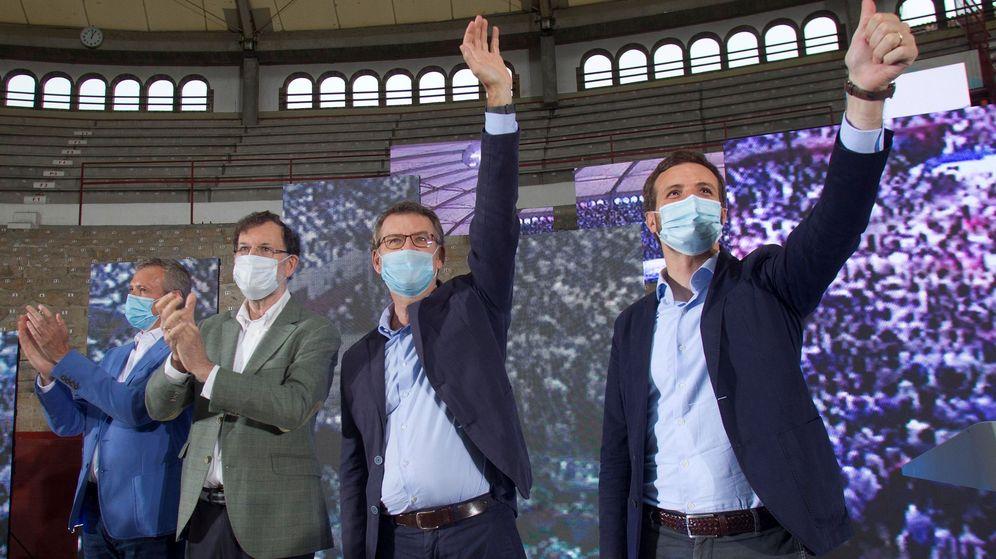 Foto: Feijóo, entre Rajoy y Casado, en el mitin de Vigo. (EFE)