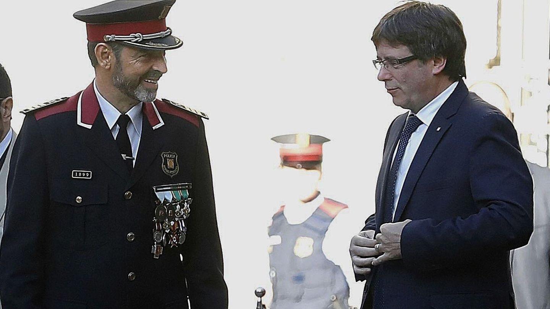 Carles Puigdemont(d), junto a Josep Lluís Trapero. (EFE)