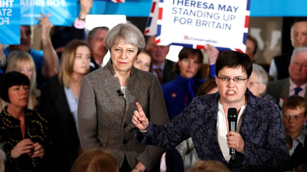 Foto: Ruth Davidson, líder de los conservadores escoceses, junto a la 'premier' Theresa May. (Reuters)