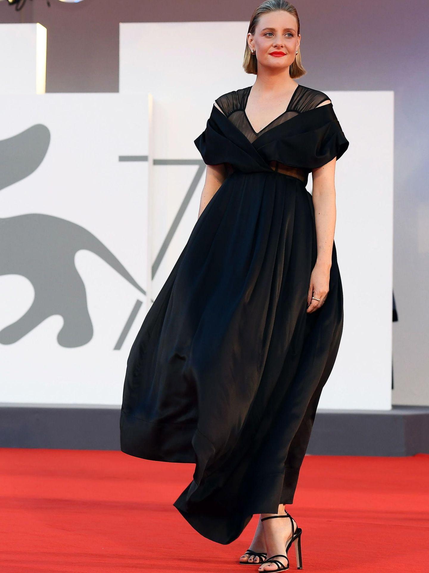 La actriz Romola Garai, en el estreno de 'Miss Marx' con un vestido negro, largo y original escote cruzado combinado con transparencias. (EFE)