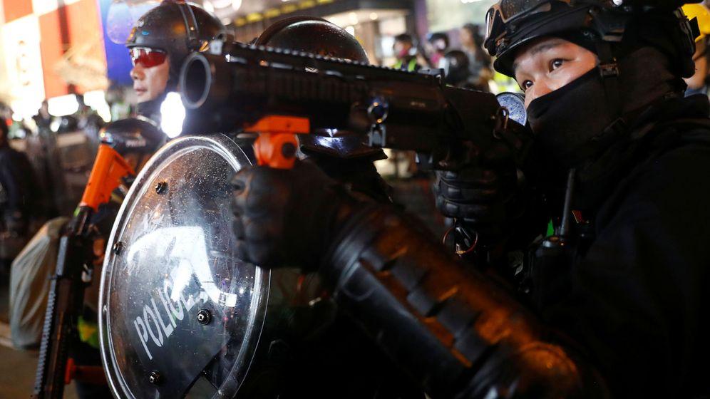 Foto: Un policía hongkonense durante las protestas. (EFE)