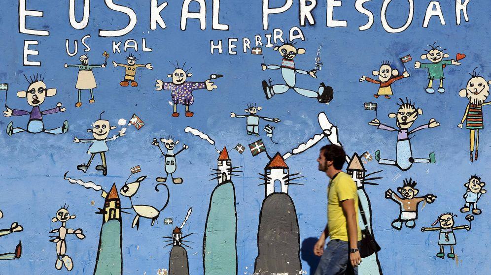 Foto: Vista de un mural de apoyo a los presos de ETA. (EFE)