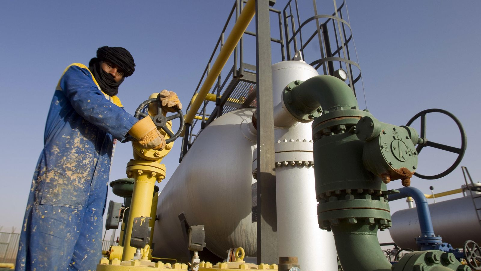Foto: Un trabajador ajusta una tubería en el yacimiento de gas de Zarzaitine, en In Amenas, a 1.600 kilómetros al sureste de Argel (Reuters).