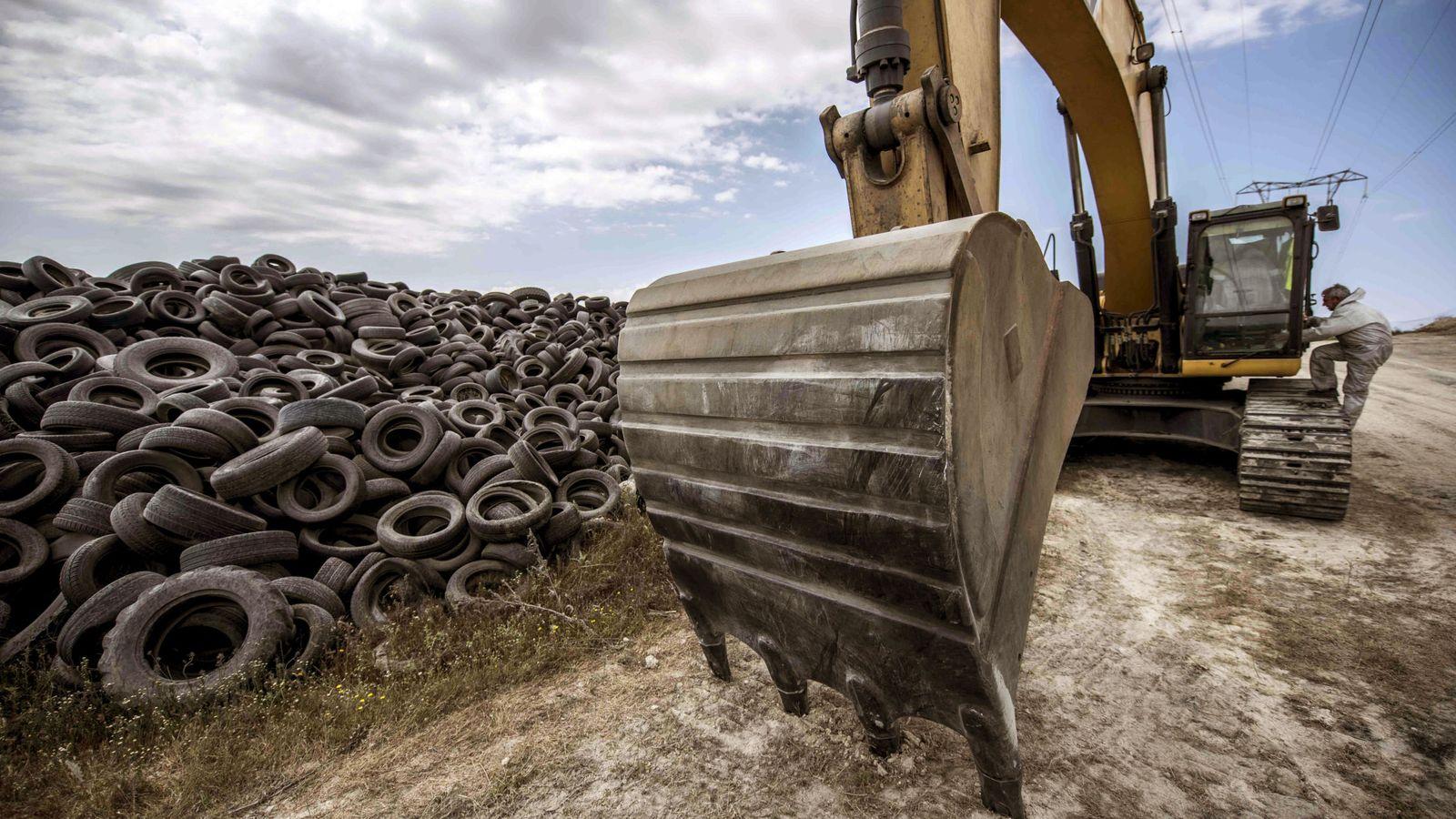 Foto: Una máquina excavadora trabaja en el verterdero de neumaticos de Seseña, en Castilla-La Mancha. (EFE)