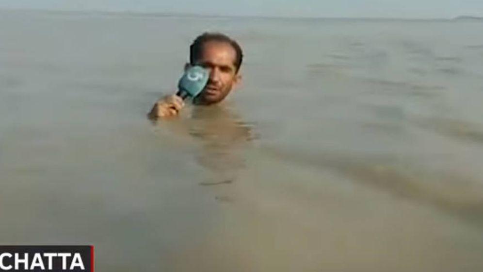 Foto: Reportero de televisión pakistaní jugándose la vida en las inundaciones. (Foto: Youtube)